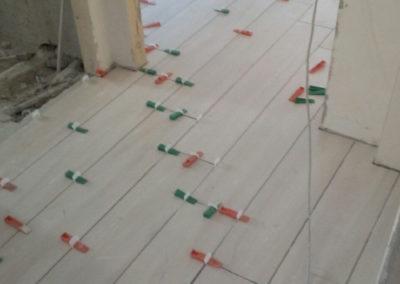 posa pavimento con sistema autolivellante