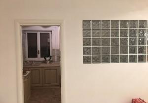 parete-in-vetrocemento-salone-posa